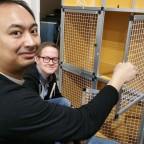 Ricky und Jan bauen den Quarantänekäfig zusammen